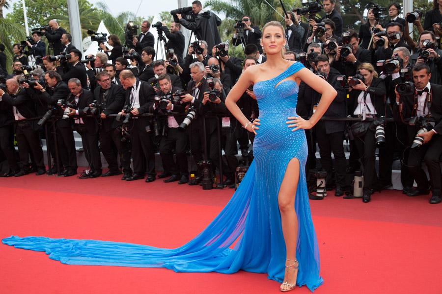 Blake-Lively-ultra-sexy-en-robe-fendue-Atelier-Versace